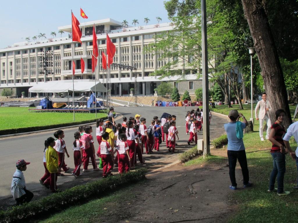 Schulklassen vor dem Wiedervereinigungspalast